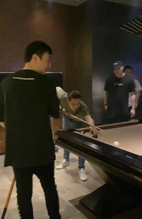 网友在夜店偶遇王思聪张艺兴 爆料有众多美女相伴
