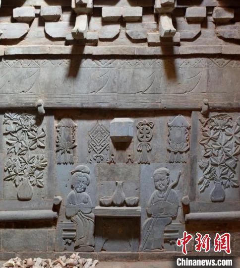 山西发现金代砖雕墓 墓室雕刻墓主手执经卷佛珠
