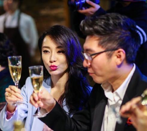 离了?陈数老公与妙龄女同行 婚姻状况成疑