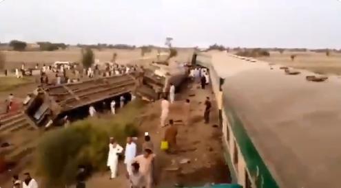 巴基斯坦2辆火车相撞 导致至少30人死近百人受伤