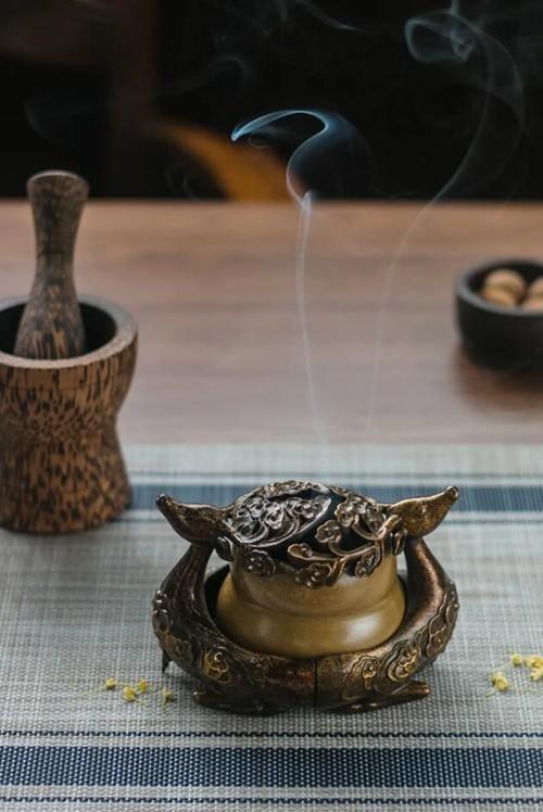 香炉。摄影/Lan,来源/Adobe Stock图虫创意