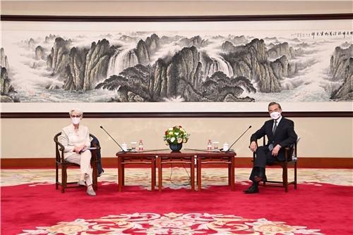 国务委员兼外长王毅与美国常务副国务卿舍曼