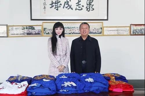 情系艺术教育 助力学校素质培养——山东外事职业大学艺术学院副院长刘絮向学校捐赠一批演出服