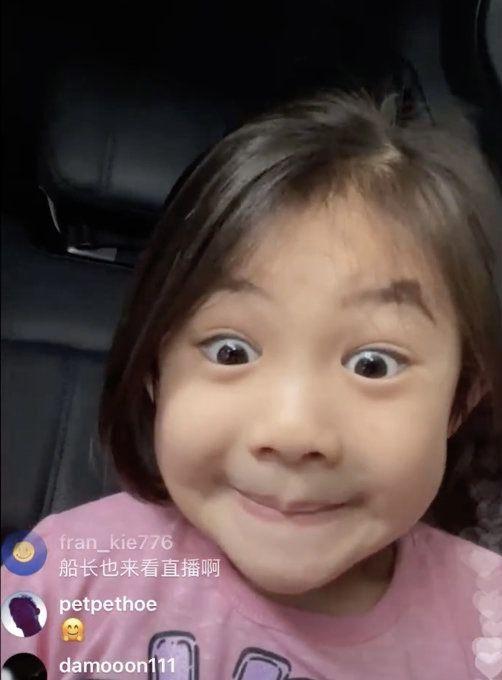 陈冠希父女接机秦舒培开直播 女儿超活泼变表情包