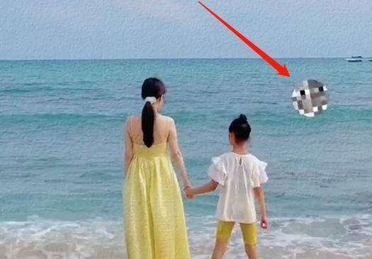 复合了?李小璐陪甜馨海边游玩 前夫贾乃亮疑同行
