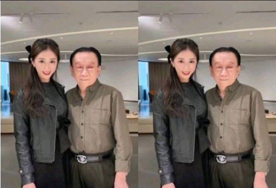75岁相声大师侯耀华现身饭局 抽烟与美女热聊