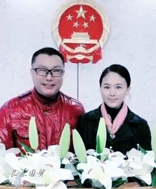 51岁尹相杰小16岁娇妻罕见同台献唱大秀恩爱