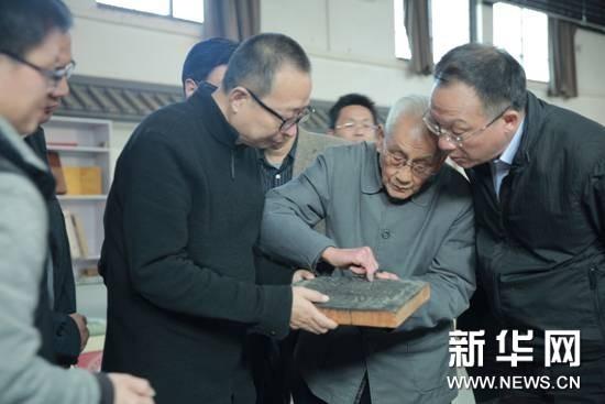 2017年,潘鲁生在调研河南朱仙镇木版年画中