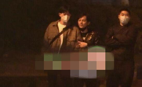 何炅和一男子东京逛街曾被偶遇 被认出后立刻变脸