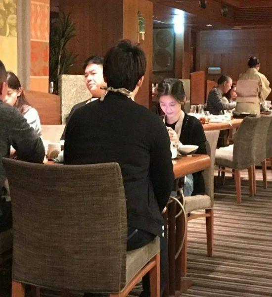 刘强东夫妇用餐被偶遇 章泽天素颜现身状态好