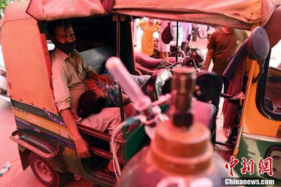 医疗系统瘫痪 印度新冠患者路边吸氧!