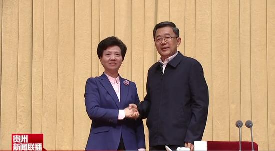谌贻琴(左)和孙志刚,两任贵州省委书记握手