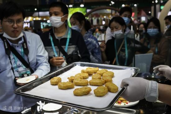 """第三届中国国际进口博览会上,有美国参展商""""人造肉""""炸鸡块 图源:澎湃影像平台"""