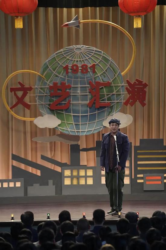 """▲ 电影中沈腾上台的形象,也很""""赵本山""""。图/电影《你好,李焕英》"""