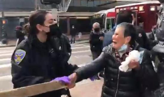资料图:遭袭老人向警方哭诉经过(视频截图)