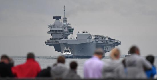 """2017年8月,""""伊丽莎白女王""""号航母首次抵达朴茨茅斯港。来源:法新社"""