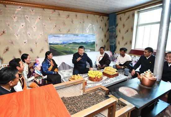 ↑6月8日下午,习近平在海北藏族自治州刚察县沙柳河镇果洛藏贡麻村,同藏族牧民索南才让一家人围坐在客厅聊家常。
