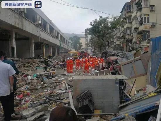 湖北十堰爆炸目击者:整个菜市场被掀翻