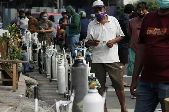印尼民众排队给氧气瓶充氧