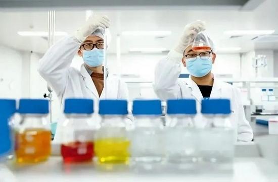 ▲ 2020年12月23日,科兴中维的工作人员在新冠灭活疫苗质检实验室内进行检验 张玉薇摄/本刊