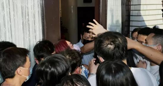 """台""""立法院""""爆發藍綠激烈混戰 蘇貞昌現場被質問"""
