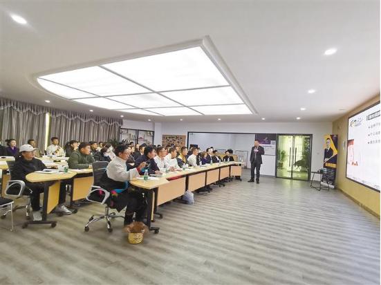 在日喀则市青稞众创创业孵化基地,创业导师为入驻创业者进行培训。