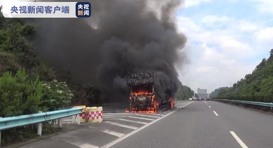 黔织高速一辆货车发生燃烧 车上载有大量电瓶车