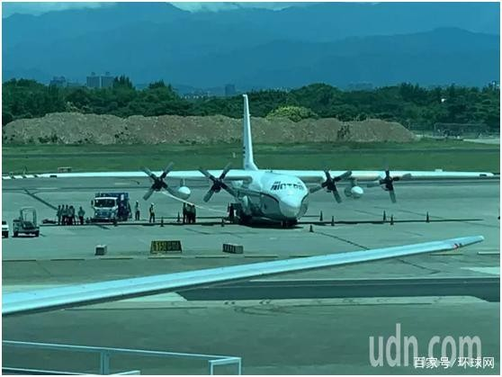 美军1架C130军机19日中午12时14分降落桃园机场(图片来源:台湾《联合报》)