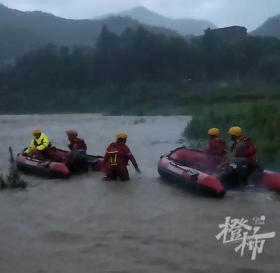 81名上海游客驾车渡河被困洪水 车友惊呼:完了