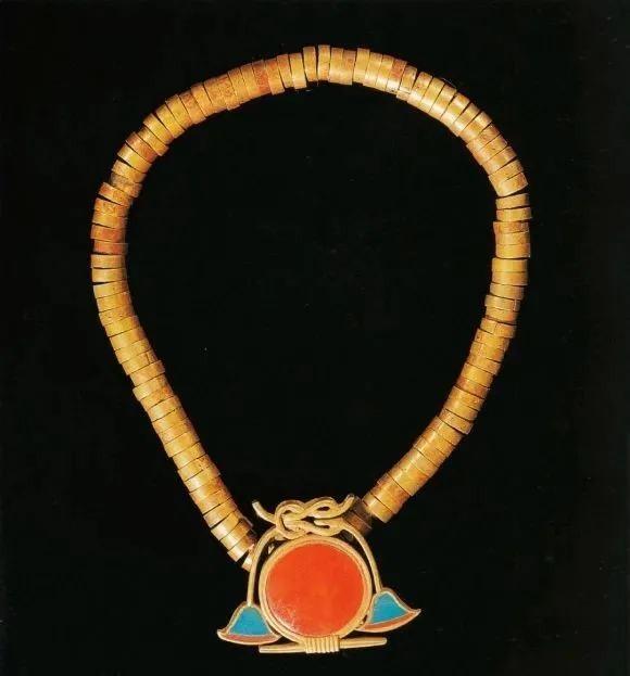 古埃及项链(坠子是象征太阳与永恒的金镶红玉髓)