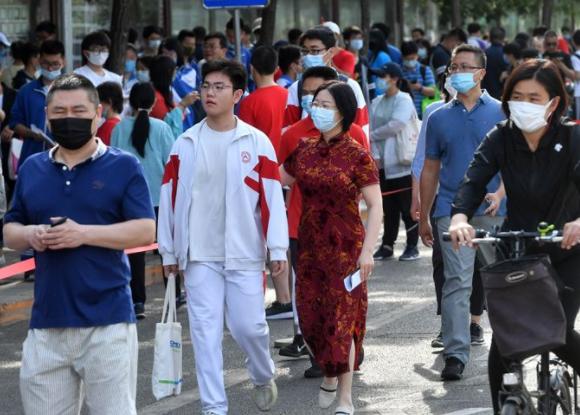 6月7日7时许,中国人民大学附属中学朝阳学校,家长穿上旗袍送考。