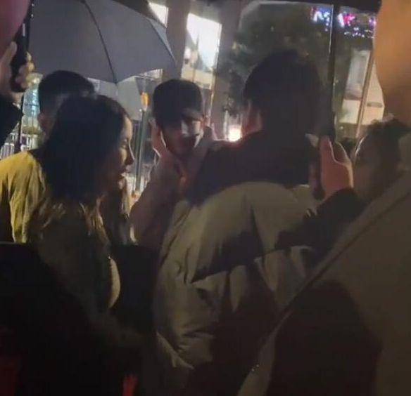 王思聪开豪车去酒吧聚会 遇美女主动贴近有意躲闪