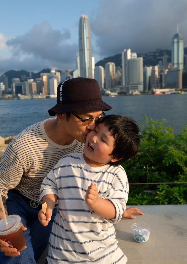 德伟携老婆孩子出游 揽小24岁娇妻拍照一脸甜蜜