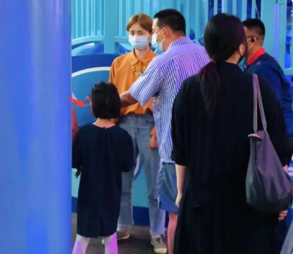 黄磊孙莉带娃游环球影城 4岁小儿子正脸首曝光