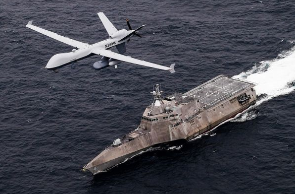 """4月21日,一架参演的美军MQ-9""""海上卫士""""反潜无人机在""""科罗纳多""""号濒海战斗舰上空飞行。(美国海军网站)"""