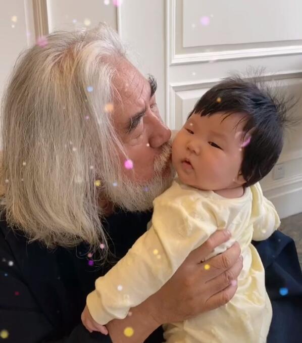 70岁张纪中怀抱半岁女儿 小31岁娇妻三年生两娃