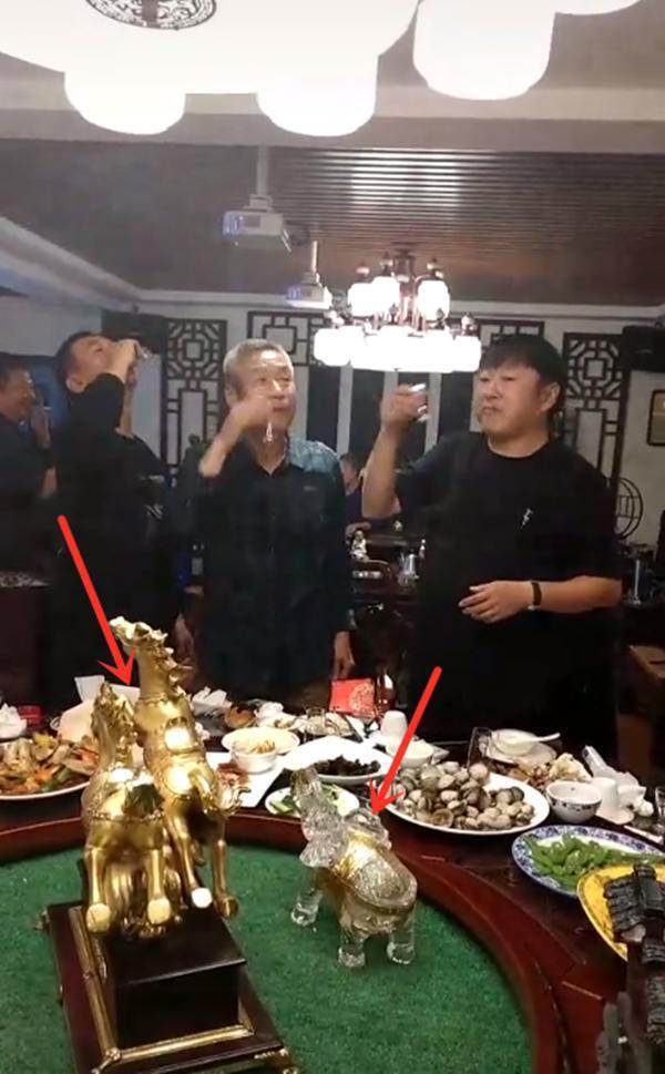 老戏骨刘佩琦现身豪华饭局 满头白发与人拼酒