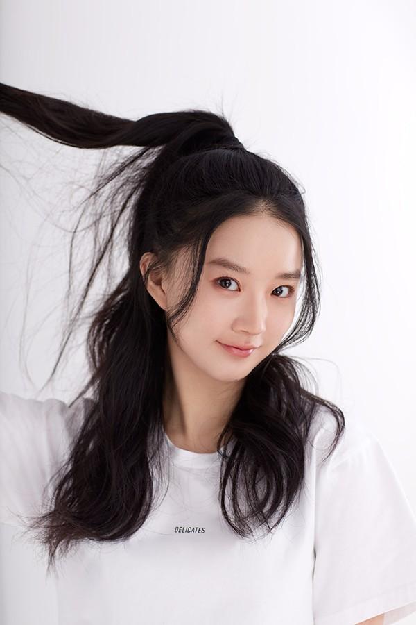 演员廖银玥最新写真释出 白色T恤尽显俏皮感