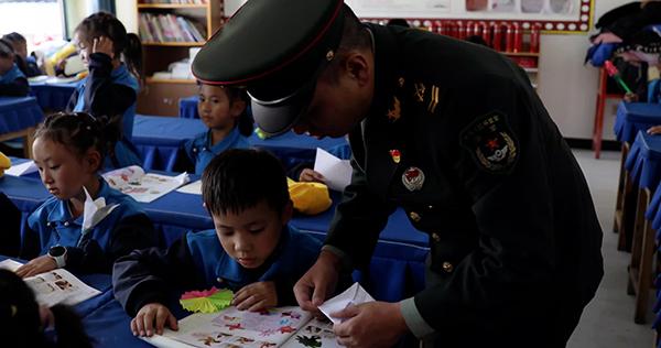 西藏察隅某边防团讲红色故事激发学生爱国情怀