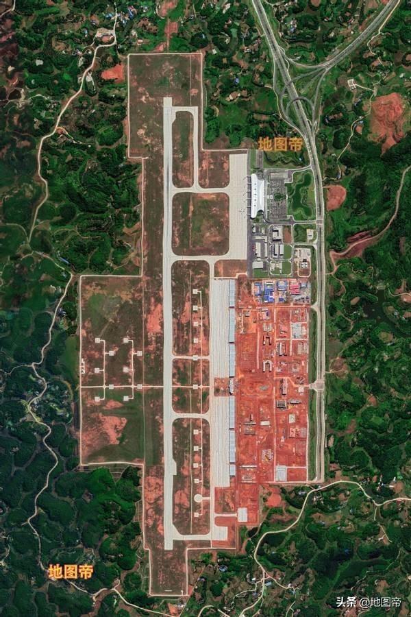 航拍宜宾五粮液机场,鸟瞰像剖开的竹笋壳