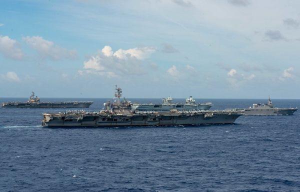 """3日,美国""""里根""""号航母、""""卡尔·文森""""号航母和英国""""伊丽莎白女王""""号航母、日本""""伊势""""号准航母(由左到右)在菲律宾海航行。"""