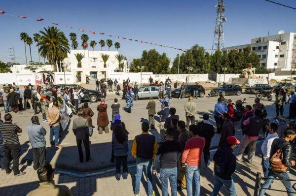 资料图片:10月27日,突尼斯西迪布吉德市民众在市中心的穆罕穆德·布瓦齐齐广场集会,要求政府提供稳定的工作。(法新社)
