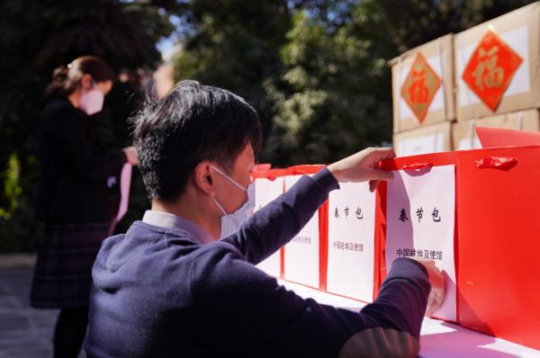 """温馨!中国驻埃及使馆向旅埃侨胞和留学生发放""""春节包"""""""
