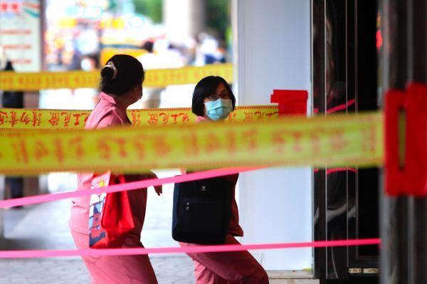▲2021年6月7日,台北市,市民佩戴口罩出行。(人民视觉)