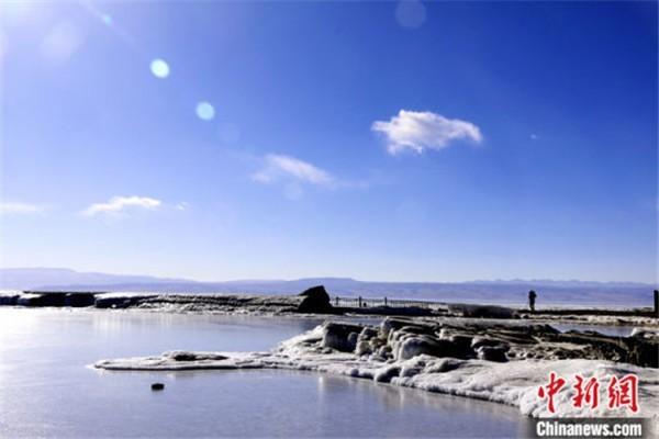 资料图为2018年1月11日拍摄的处于封冻期的青海湖