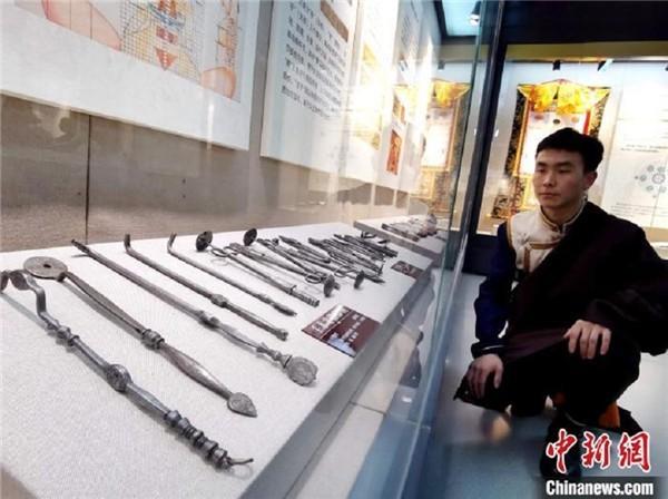 图为陈展的藏医手术器械