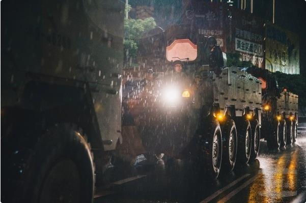 """台军""""云豹""""装甲车过小溪时熄火被困"""