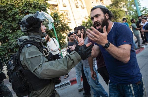 △近日以色列多个城市发生犹太人和阿拉伯人之间大规模冲突,大批警力被部署在街头图片来自网络