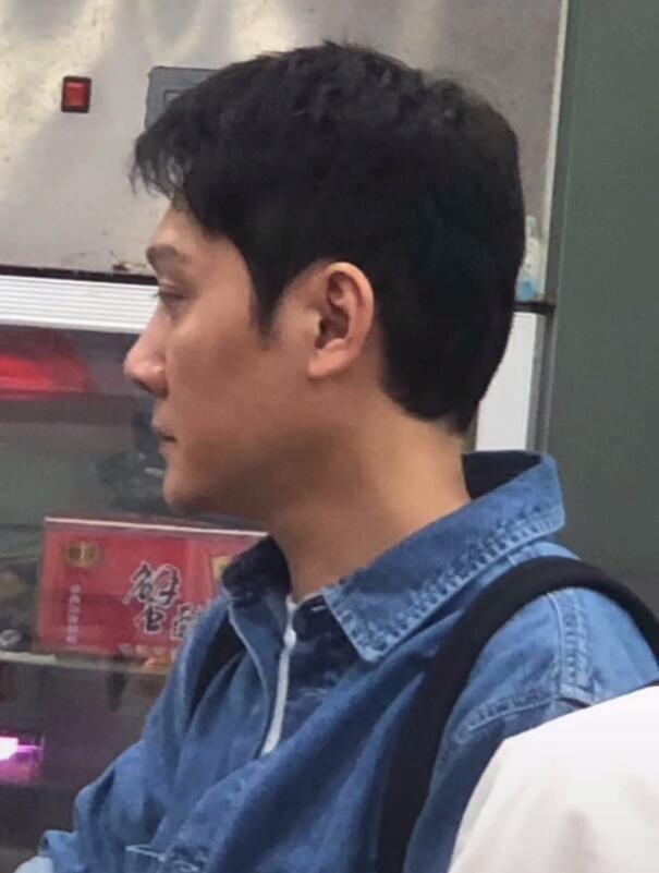 冯绍峰离婚后拍戏被偶遇 瘦出尖下巴双腿细如竹竿
