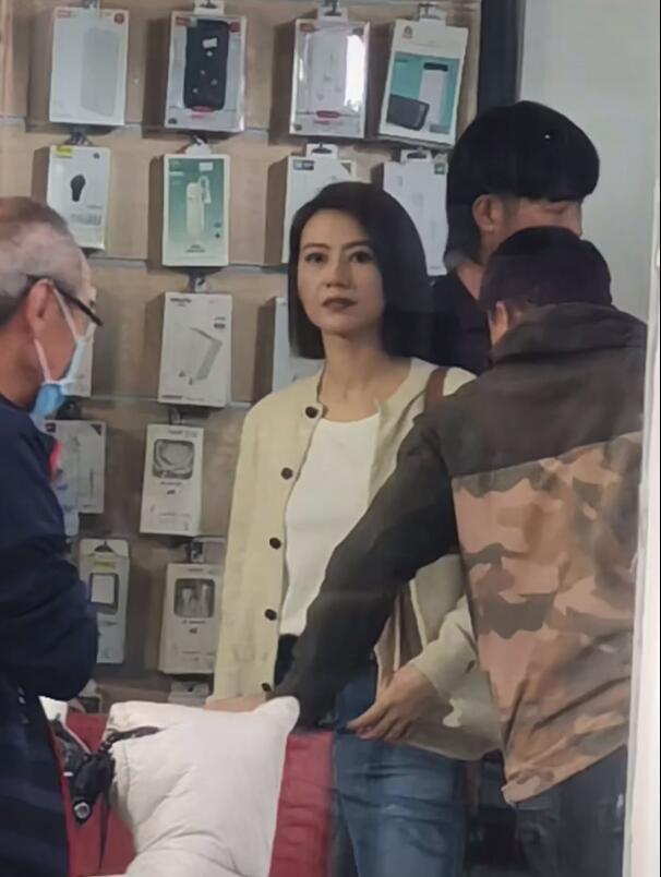 生图惊艳!高圆圆化淡妆拍戏 王耀庆站着似小跟班